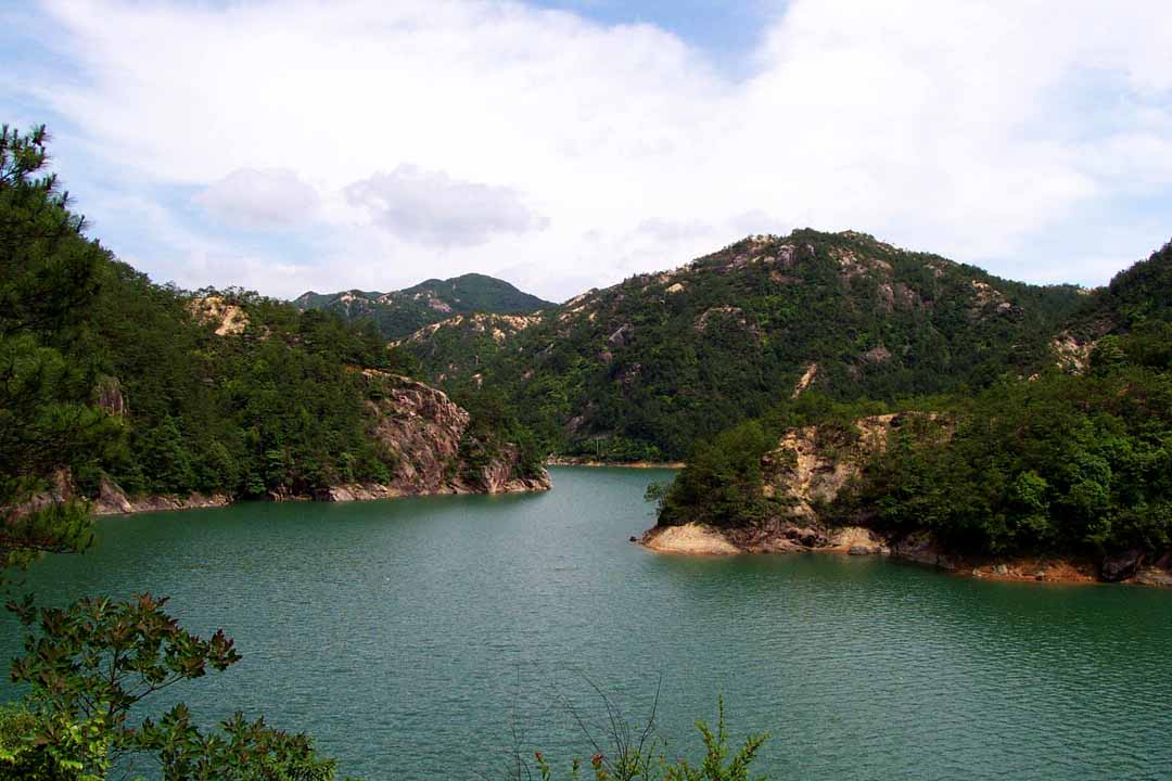 华夏名景 浙江    万峰攒翠,涧瀑泄银的龙穿峡风景区位于国家级重点